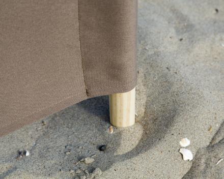 een houten stok is bestand tegen zout en zand van het strand