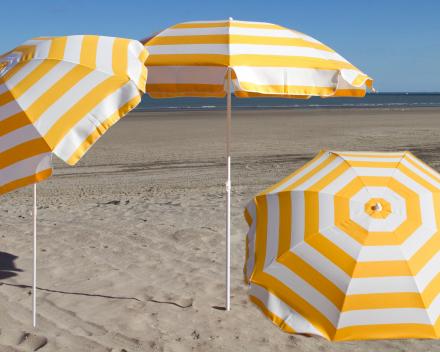 strandparasol met knik richten naar de zon